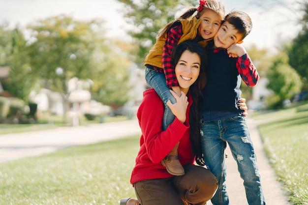 Belle mère avec petits enfants Photo gratuit