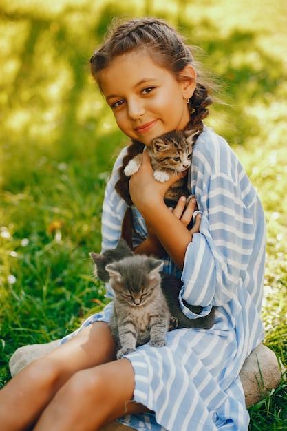 Belle et mignonne fille en robes bleues avec de belles coiffures et séance de maquillage Photo gratuit