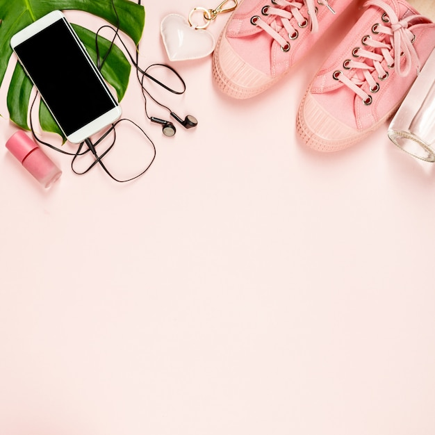 Belle Mise à Plat Avec Des Accessoires à La Mode Sur Fond Rose Photo Premium