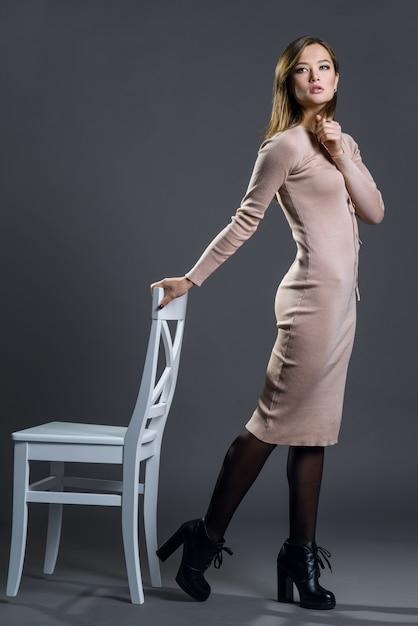 Belle mode femme posant Photo Premium