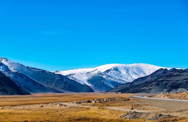 Belle montagne au bord du chemin à khovd, mongolie Photo Premium