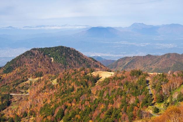 Belle montagne d'automne au village de takamura, yamada-onsen, nagano, japon. Photo Premium