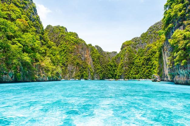 Belle montagne de rochers et mer cristalline à krabi Photo Premium