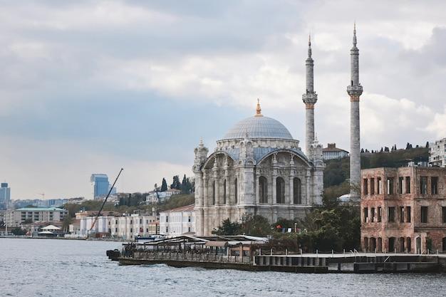 Belle Mosquée Ortakoy Vue Du Bosphore. La Mosquée A été Construite Au 19ème Siècle Par Le Sultan Abdulmecid. Istanbul, Turquie Photo Premium