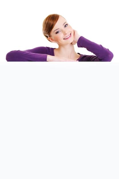 La Belle Personne De Sexe Féminin Adulte Souriant Est Sur Un Panneau Publicitaire Vide - Sur Un Espace Blanc Photo gratuit