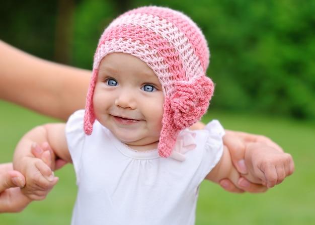 Belle petite fille au chapeau souriant Photo Premium