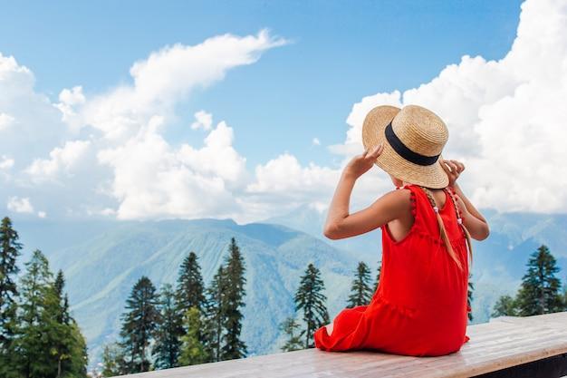 Belle petite fille heureuse dans les montagnes dans la scène de brouillard Photo Premium