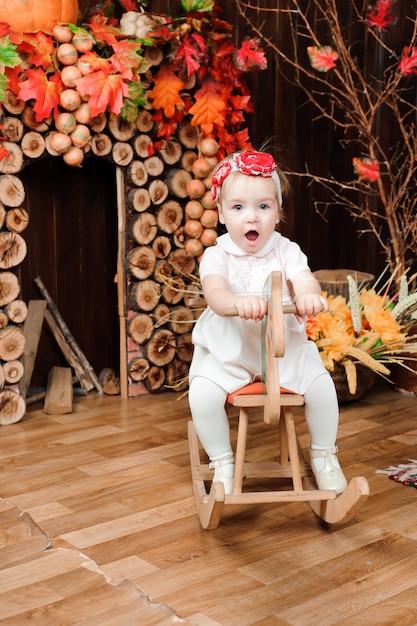 Belle petite fille avec jouet souriant à la caméra Photo Premium