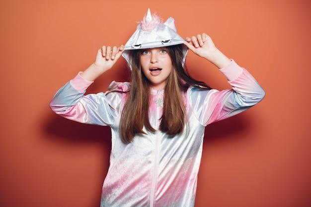 Belle petite fille en pyjama Photo gratuit