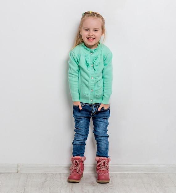 Belle Petite Fille Avec Ses Mains Dans Les Poches Photo Premium