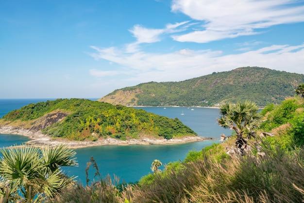 Belle Petite île Dans La Mer Tropicale Près Du Cap Laem Promthep à Phuket En Thaïlande, Archipel Incroyable Autour De L'île De Phuket. Photo Premium