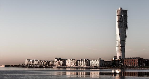 Belle Photo De Bâtiments De La Ville Avec Un Gratte-ciel Au Loin Photo gratuit