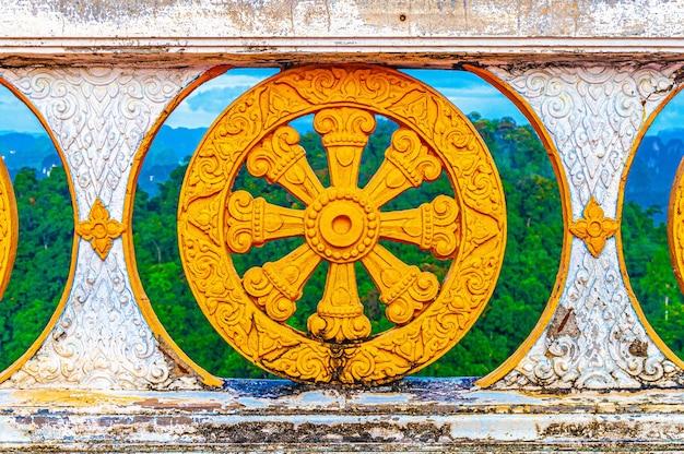 Belle Photo De La Clôture En Pierre Colorée Du Temple En Thaïlande Avec Les Arbres Derrière Photo gratuit