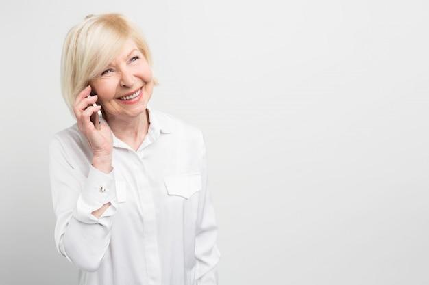 Belle Photo D'une Dame Appelant Sa Famille à L'aide D'un Nouveau Smartphone. Elle Adore Les Nouvelles Technologies Et Aime Essayer D'utiliser De Nouveaux Appareils Autant Qu'elle Le Peut. Photo Premium