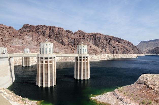 Belle Photo Du Lac Mead Et Du Barrage Hoover Aux états-unis Avec Un Ciel Bleu Clair Photo gratuit