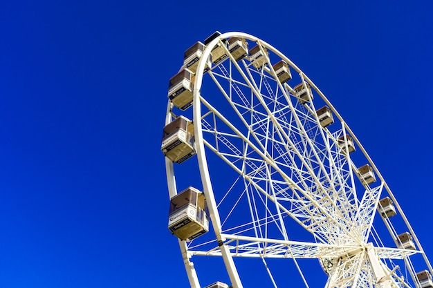 Belle Photo D'une Grande Roue Sur Le Parc D'attractions Contre Le Ciel Bleu Photo gratuit