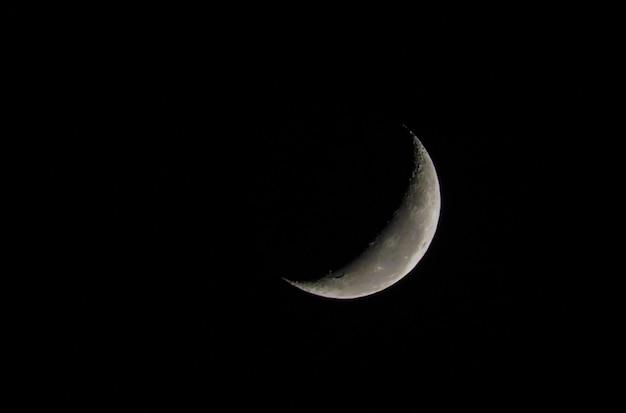 Belle Photo De La Lune Décroissante En Gros Plan Avec Un Ciel Sombre Photo Premium