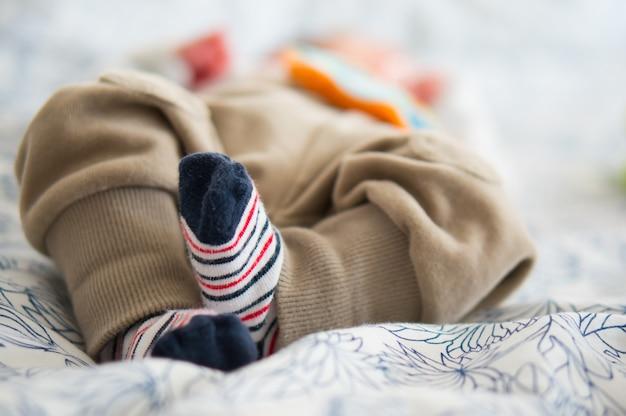 Belle Photo Des Mignons Petits Pieds D'un Bébé Allongé Sur Un Lit Photo gratuit