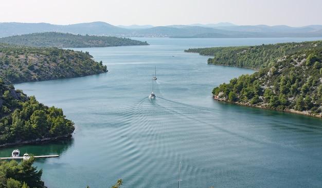 Belle Photo D'une Rivière Dans Le Parc National De Krka De Lozovac, Croatie Photo gratuit