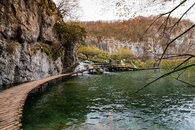 Belle Photo D'un Sentier En Bois Dans Le Parc National Des Lacs De Plitvice En Croatie Photo gratuit