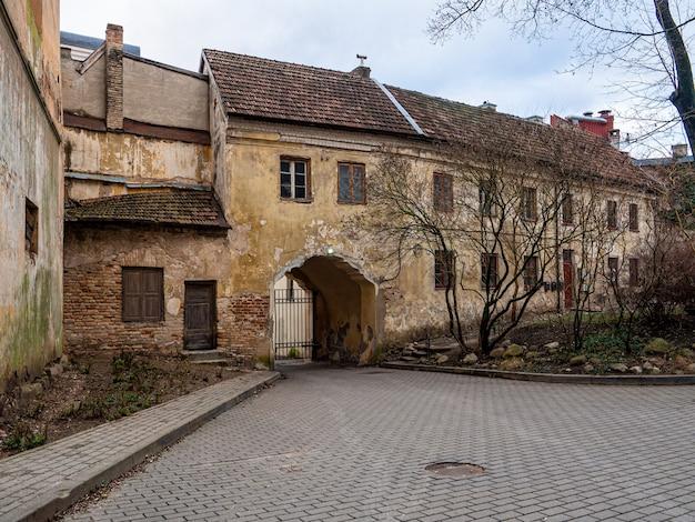 Belle Photo D'un Vieux Bâtiment Avec Des Portes Métalliques à L'automne Photo gratuit