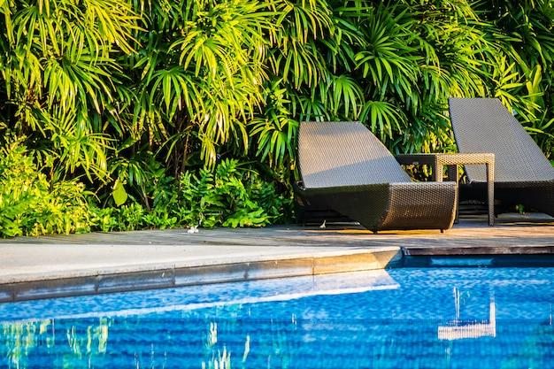 Belle piscine extérieure avec chaise longue et parasol dans la station pour voyages et vacances Photo gratuit