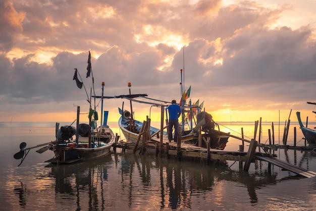 Belle Plage Avec Bateau De Pêcheur Au Lever Du Soleil Sur Le Village De Pêcheurs Photo Premium