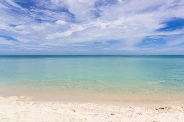 Belle plage avec un ciel bleu à samui en thaïlande Photo Premium
