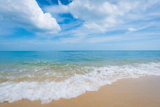 Belle plage et ciel bleu Photo Premium