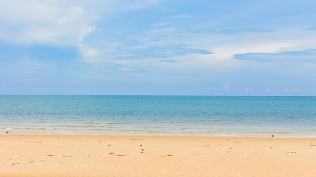 Belle plage tropicale et la mer Photo Premium