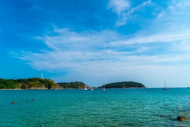 Belle plage tropicale et la mer Photo Premium