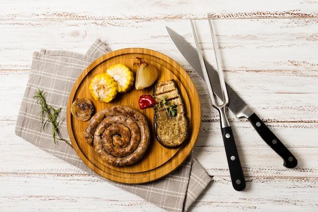 Belle portion de saucisses spirales grillées garnies Photo gratuit