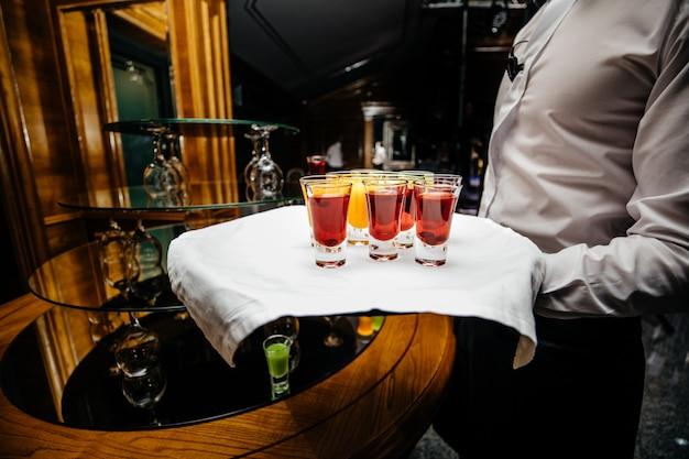 Belle Rangée De Cocktails D'alcool De Différentes Couleurs Sur Une Table De Bouquet De Restauration Décorée Sur Une Fête En Plein Air, Photo Avec Un Beau Bokeh Photo Premium