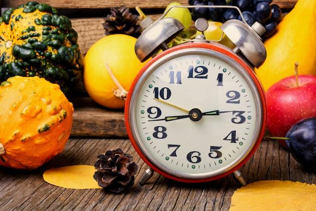 Belle récolte d'automne et horloge Photo Premium