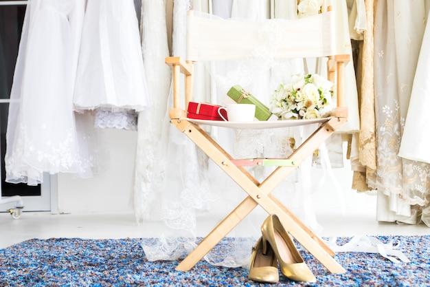 Belle robe de mariée cabine d'essayage ou concept de mariage Photo Premium