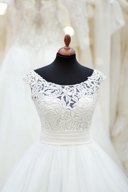Belle robe de mariée sur un mannequin Photo Premium