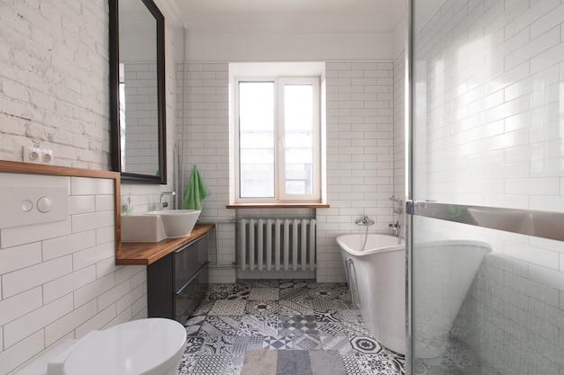 Belle salle de bain mansardée blanche dans les tons gris pastel et ...
