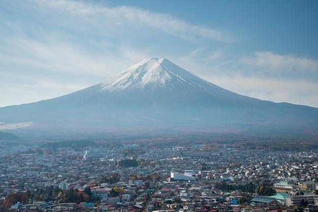 Belle Scène D'automne Du Mont Fuji-san Dans Le Sanctuaire Arakura Sengen, Japon Photo Premium