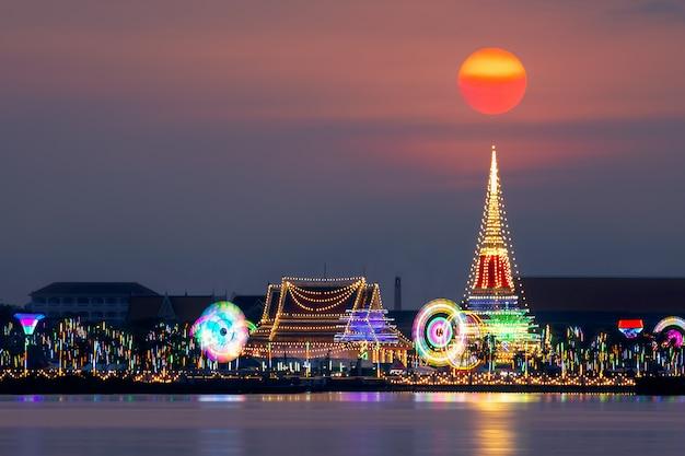 Belle Scène De Coucher De Soleil à Phra Samut Chedi, Samut Prakan, Thaïlande. Photo Premium