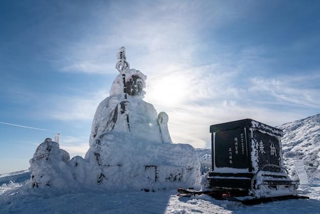 Belle silhouette vue panoramique de la statue de grand bouddha jizo sur le sommet de la montagne zao, yamagata, tohoku, japon Photo Premium