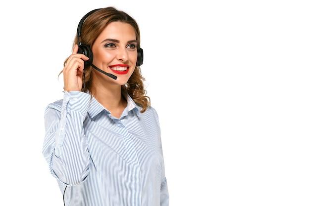 Belle, souriante, charmante femme, opérateur avec casque, prenant des appels. Photo gratuit
