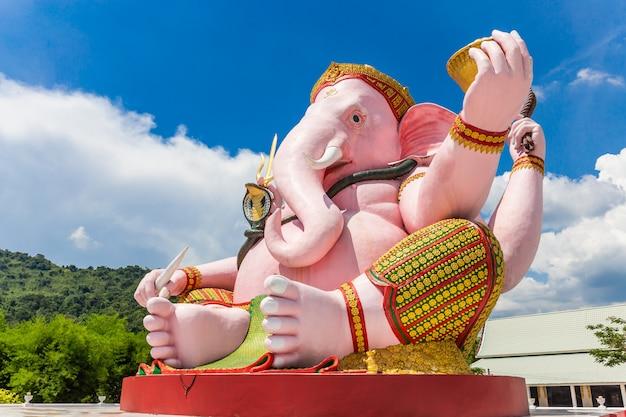 Belle statue de ganesh sur un ciel bleu dans le temple Photo Premium
