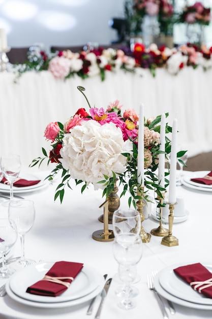 Belle table décorée avec des fleurs pour la fête Photo gratuit