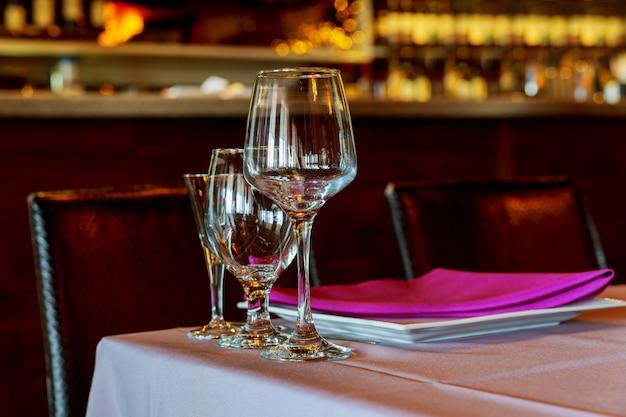 Belle table dressée avec vaisselle et fleurs pour une fête, une réception de mariage ou tout autre événement festif. Photo Premium
