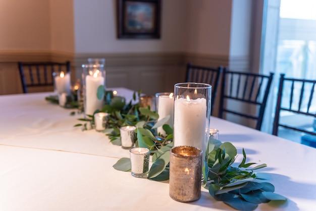 Belle Table De Mariage élégante Décorée De Compositions Florales Et De Bougies Photo gratuit