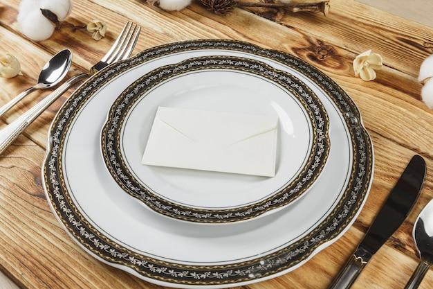 Belle table sur la table en bois d'en haut Photo Premium