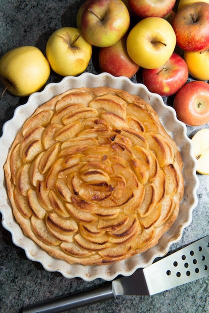 Belle Tarte Aux Pommes Avec Des Pommes Rouges Et Jaunes Photo Premium