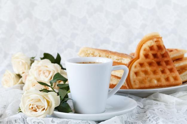Belle Tasse Blanche De Café Noir Et Fleur Rose Sur Fond Blanc Photo Premium