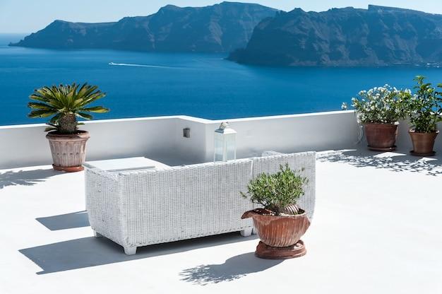 Belle terrasse à santorin avec vue sur le volcan Photo Premium