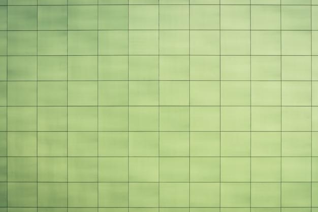 Belle toilette verdâtre, cuisine, salle de bain - gros plan, carreaux lisses et carrés. texture vert clair du mur, du sol, du plafond étroitement avec la surface. carreau de revêtement de sol lisse et vert facile du mur du bâtiment Photo Premium